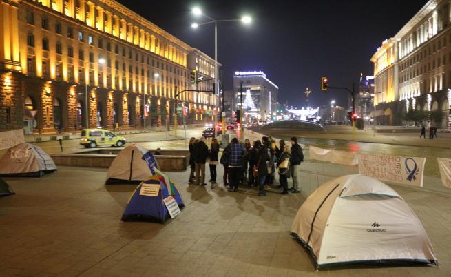 След срещата с премиера, протестиращите медицински сестри вдигат палатковия лагер