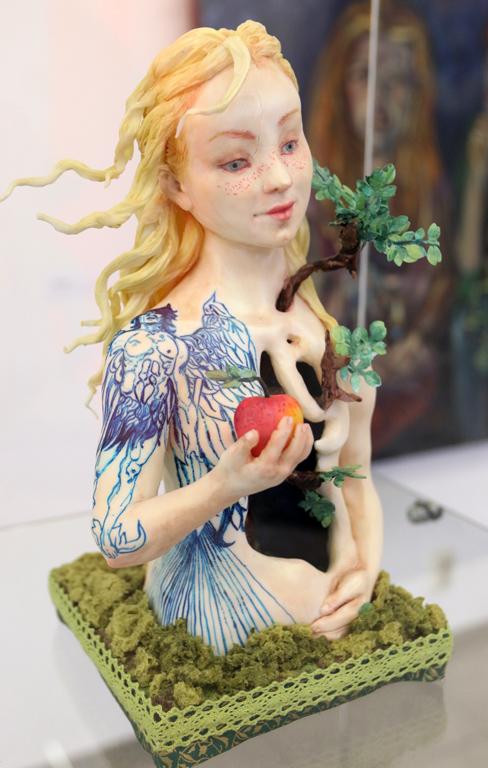 <p>Виолета Танова, Eve - 2019 ядлива шоколадова фигура</p>