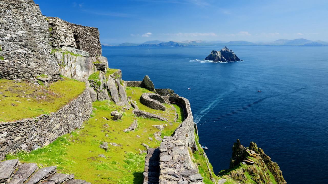 <p><strong>Остров Скелиг Майкъл - Ирландия</strong></p>  <p>На този остров Люк Скайуокър се укрива във филмите &bdquo;Силата се пробужда&ldquo; и &bdquo;Последните джедаи&ldquo;. След като се превърна в една от локациите на &quot;Междузвездни войни&quot; малкият, почти непознат остров, вече е атрактивна туристическа дестинация в Ирландия.&nbsp;</p>