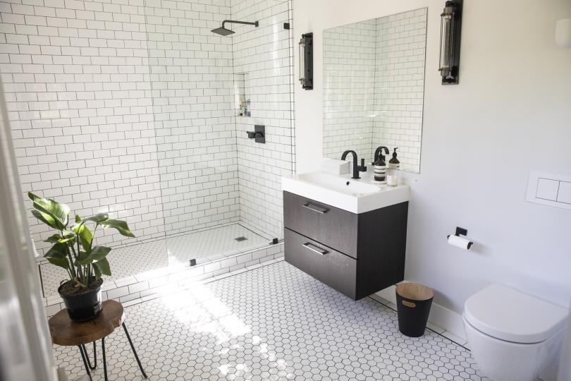 <p><strong>Баня и тоалетна</strong></p>  <p>Според Щулхов банята трябва да бъде почиствана поне веднъж на седмица, а тоалетната два-три пъти на седмица. Той напомня на читателите, да не забравят да сменят хавлиите си също веднъж на седмица.</p>