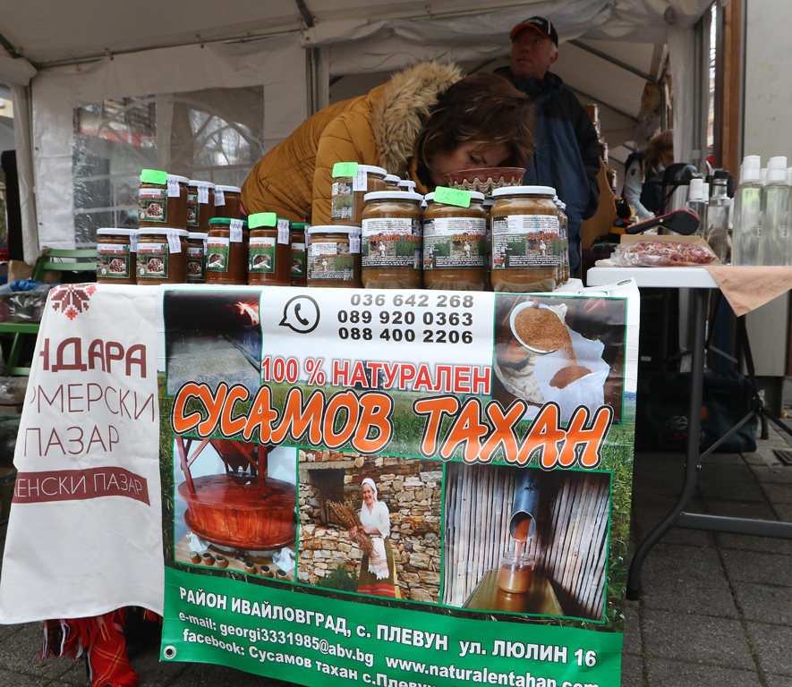 """Коледен Фермерски пазар """"Пендара"""" се състоя тази събота, на Женски пазар от 10 до 16 часа. Традиционните фермерски и занаятчийски храни за посетителите бяха съчетани с Конкурсът за най-пивкото и ароматно греяно вино."""