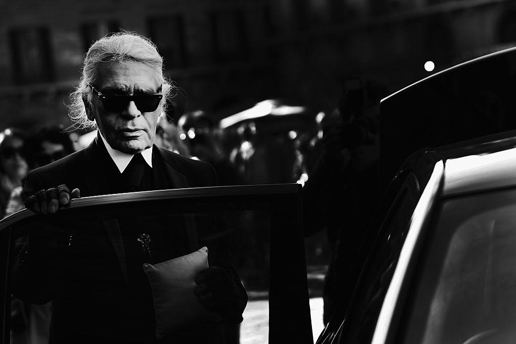 <p><strong>Карл Лагерфелд&nbsp;</strong></p>  <p>Сбогувахме се със световноизвестния немски дизайнер през февруари месец. Лагерфелд ще остане в спомените ни като емблематичното лице зад шедьоврите на &quot;Шанел&quot; със своите противоречиви действия, но и безспорен талант.</p>