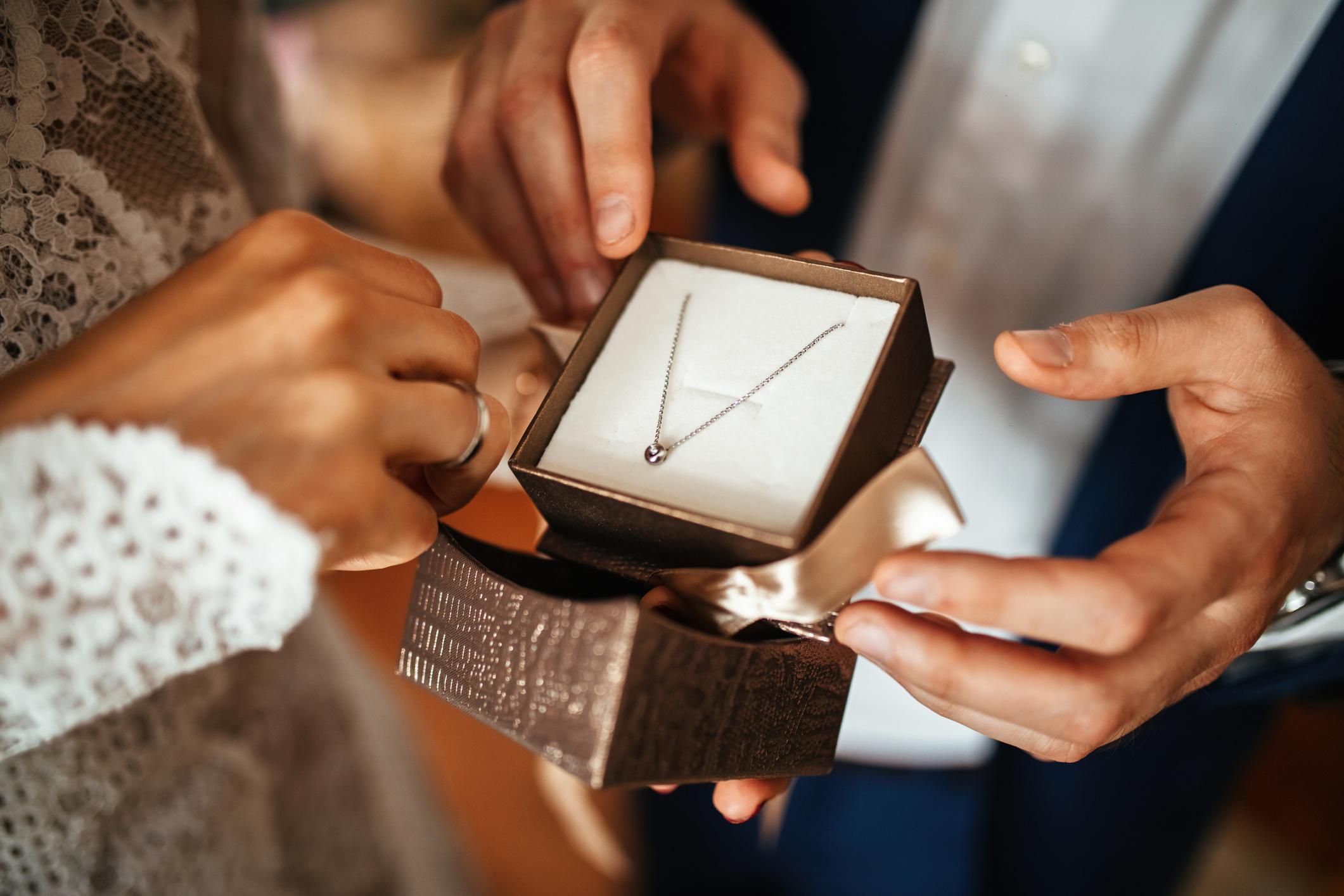 <p>Колие</p>  <p>Господа, взехте ли подарък за любимата? Ако сте забравили за подаръка на най-любимото момиче, сега е моментът&nbsp;да посетите най-близката бижутерия и да ѝ изберете красиво и нежно колие. Kогато правите избора, си спомнете какви бижута носи и се консултирайте с продавачките, за да може вашият подарък да е най-добрият, който сте правили досега.</p>
