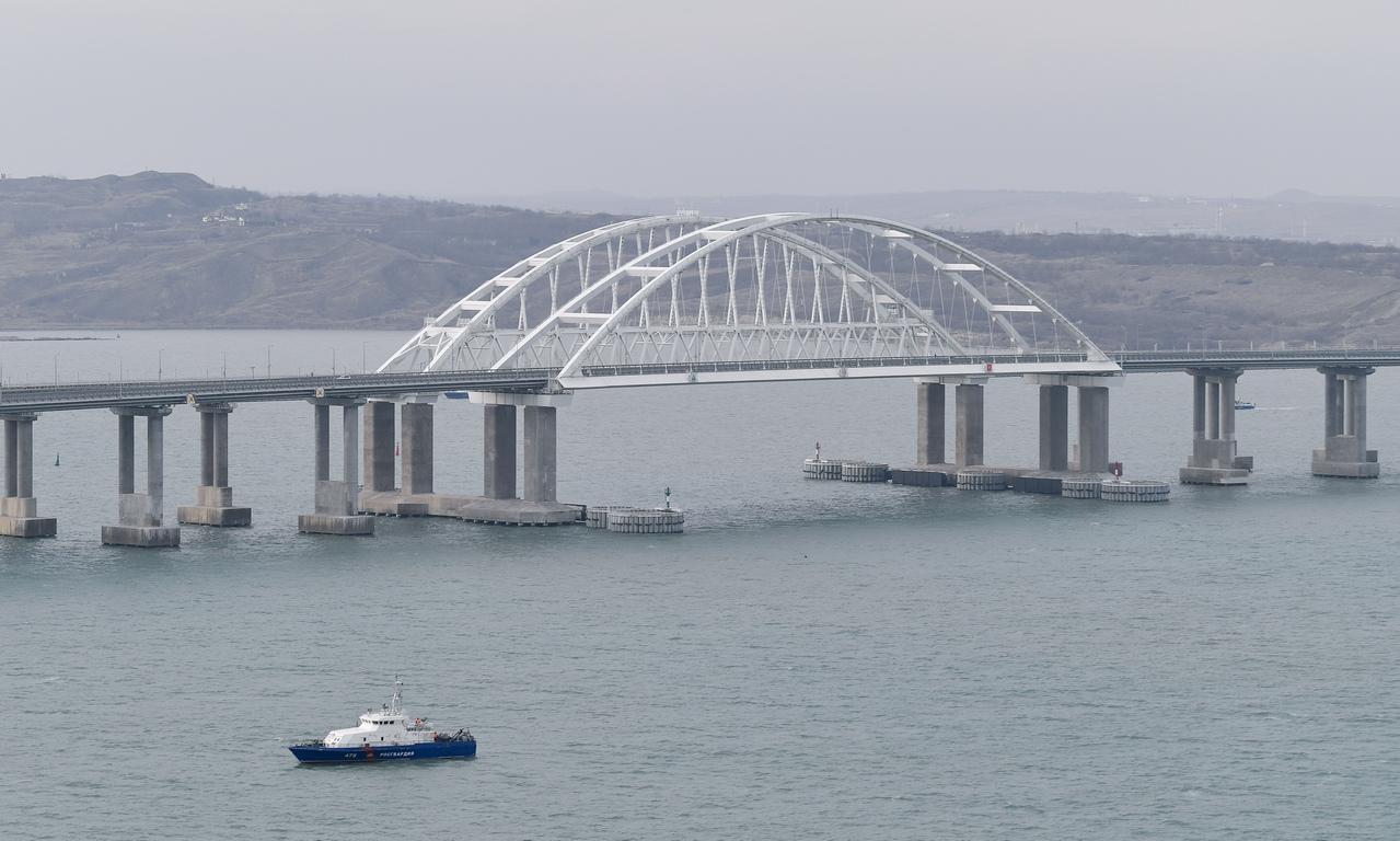 <p>19-километровият автомобилен и железопътен мост свързва Кримския полуостров, анексиран от Русия от Украйна през март 2014 г., с полуостров Таман на континенталната част на Русия</p>