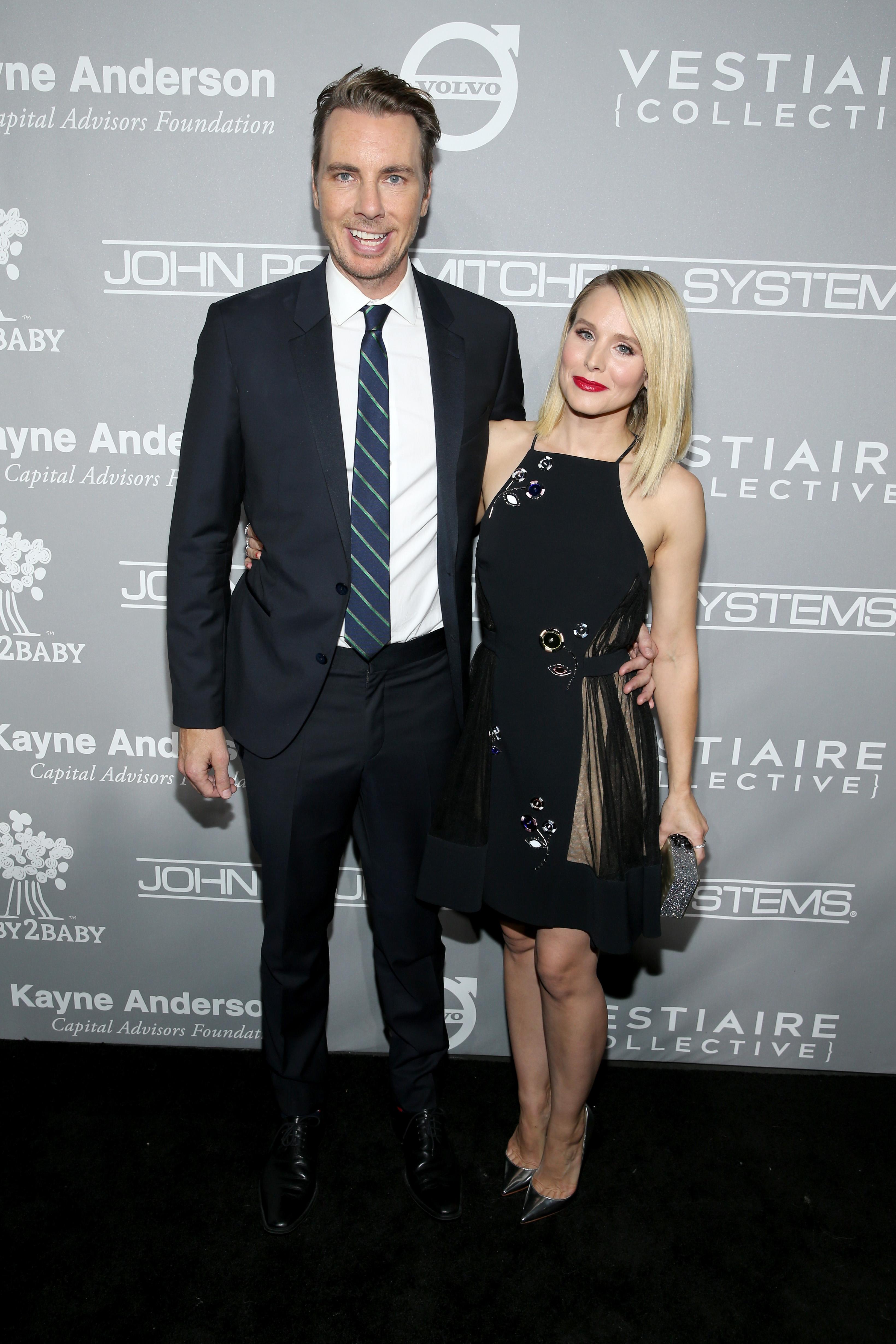 <p><strong>Кристен Бел и Дакс Шепърд</strong></p>  <p>Актьорите се запознават през 2007 година, а началото на 2008 започва връзката им. През 2010 двойката официално сключва брак.</p>