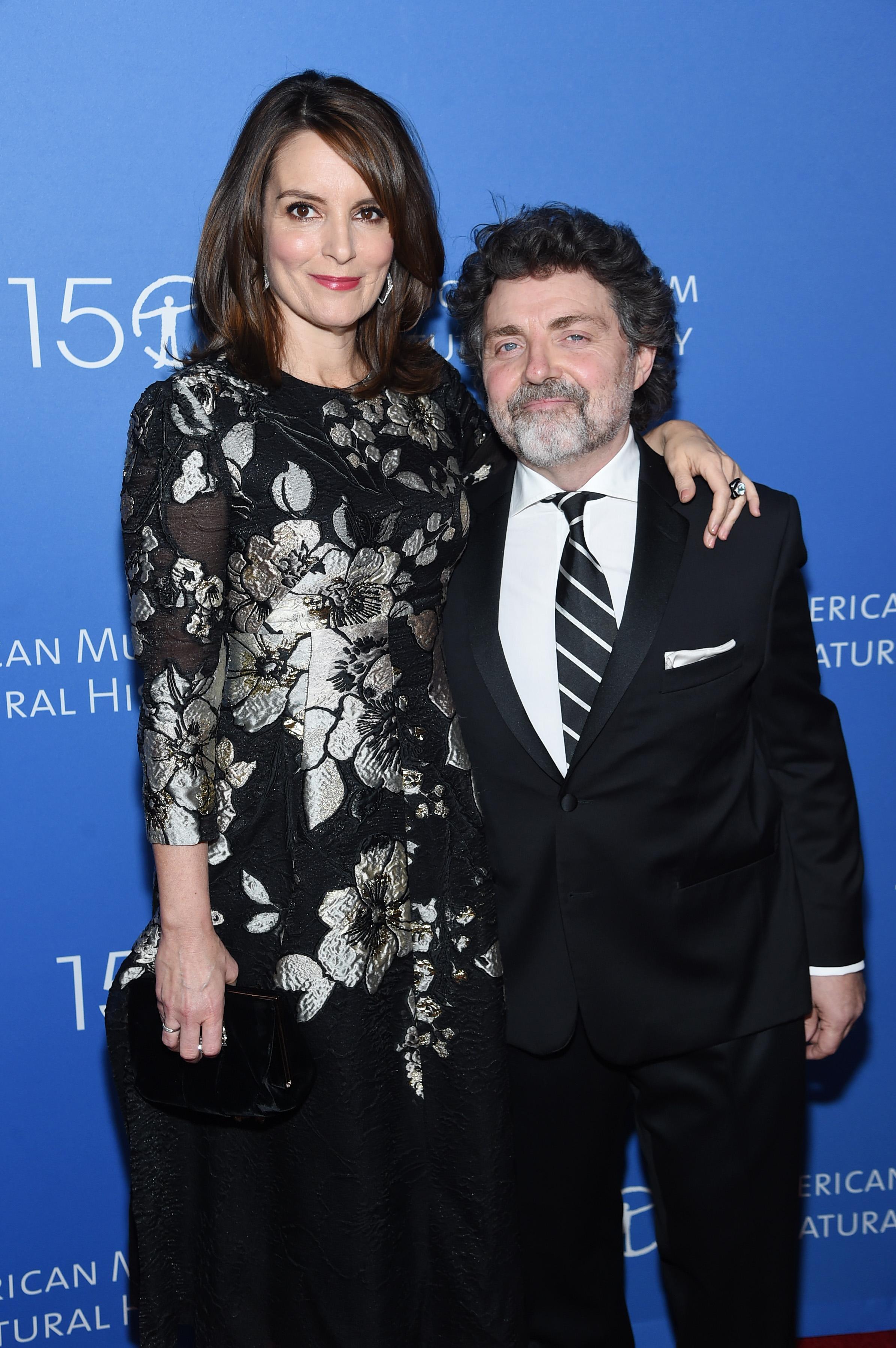 <p><strong>Тина Фей и Джеф Ричмънд</strong></p>  <p>Двойката се запознава през 93-та и от тогава излизат. През 2001 година сключват брак и вече 18 години живеят и творят заедно. Миналата година започнаха сбъдването на мечтата си &ndash; да създават филмова продукция като екип.</p>