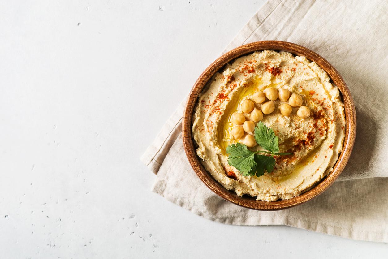 <p><strong>Целина и хумус</strong></p>  <p>Един от най-популярните и питателни снаксове, познати още като междинни закуски, е няколко пръчки целина с хумус.</p>