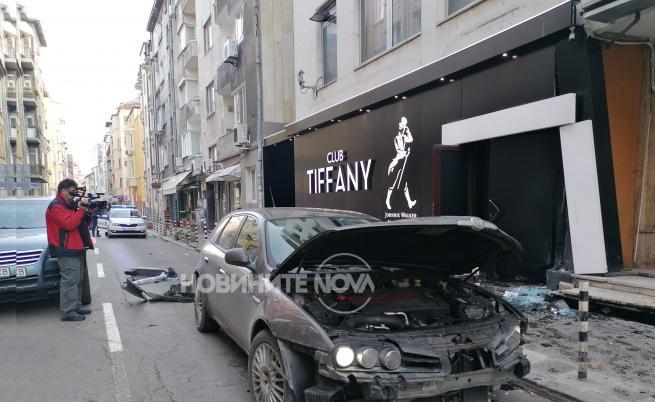 Клиент на заведение блъсна с колата си шестима души в София