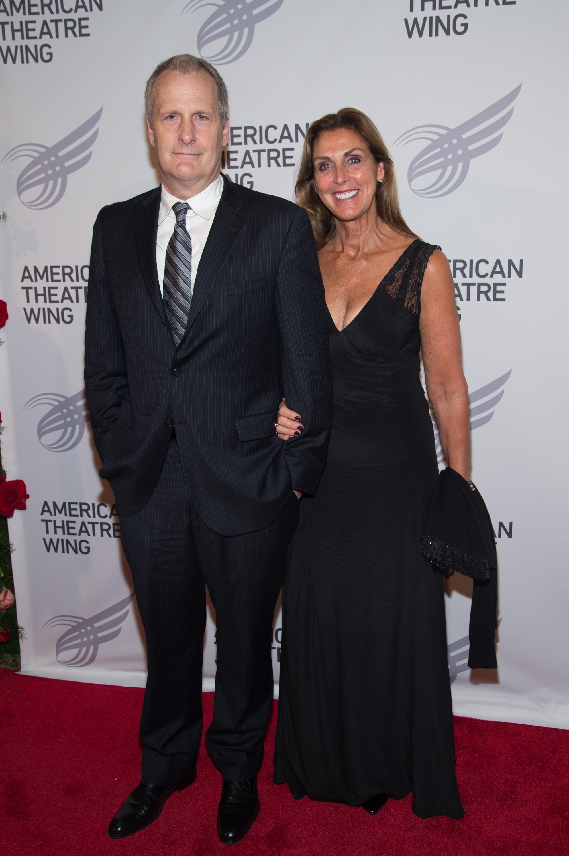 <p><strong>Джеф Даниелс и Катлийн Треадо</strong></p>  <p>Американският актьор, известен с ролята си в комедията &quot;От глупав по-глупав&quot;, се запознава със съпругата си в гимназия в Мичиган. Сключват брак през 1979 г., когато актьорът е на 24. В момента се радват на голямо семейство с три деца.</p>