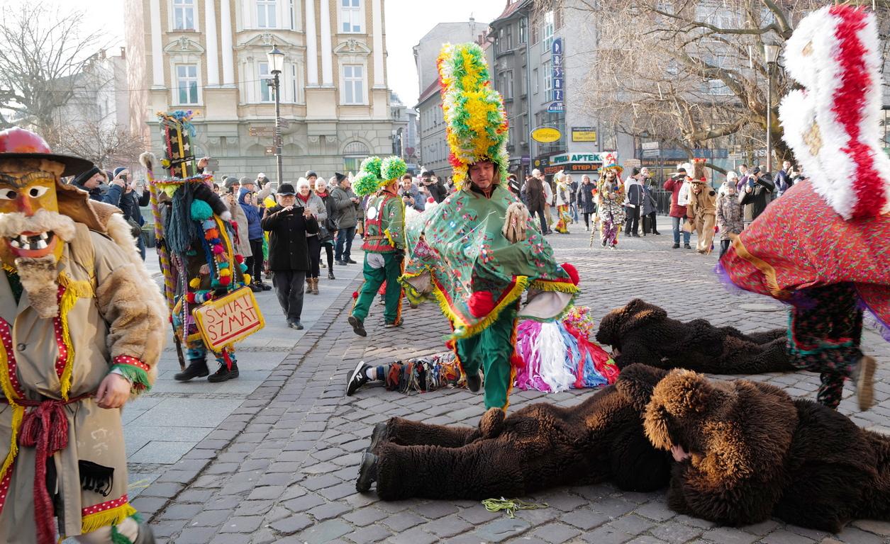 """Цветни и жизнерадостни маскирани хора, така наречените """"Dziady"""" от региона Живец, по време на дефилето им по улиците на Белско-Бяла, Южна Полша. Фестивалът """"Zywieckie Gody"""" е едно от най-зрелищните фолклорни събития в региона."""