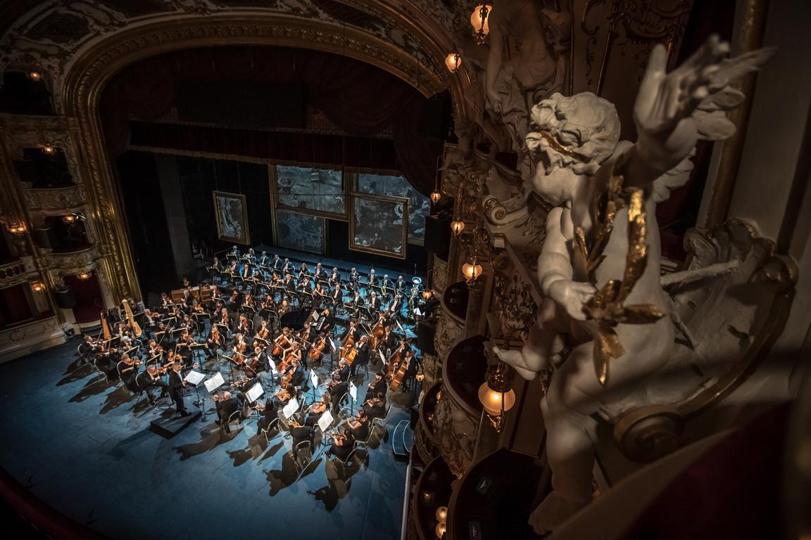 <p>Държавната опера, една от най-красивите театрални сгради в Европа, разполага с нови технологии като сензорни екрани на всички седалки и възстановена въртяща се сцена.</p>