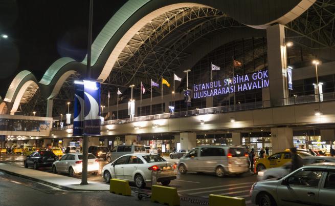 Самолет излезе от пистата на летище в Истанбул