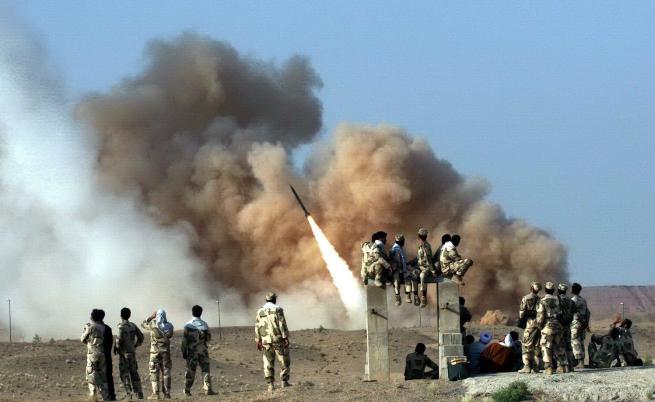 Иран атакува с ракети бази на САЩ, постави условия