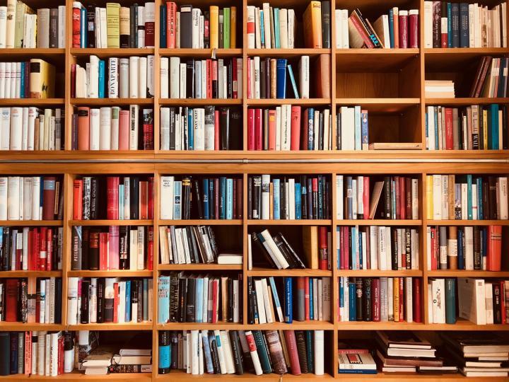 <p><strong>Отървете се от книгите&nbsp;</strong></p>  <p>Книгите, учебниците, както и техническите принадлежности не трябва да се съхраняват в спалнята. Така атмосферата ще ви предразположи по-бързо и ефективно към почивка.&nbsp;</p>