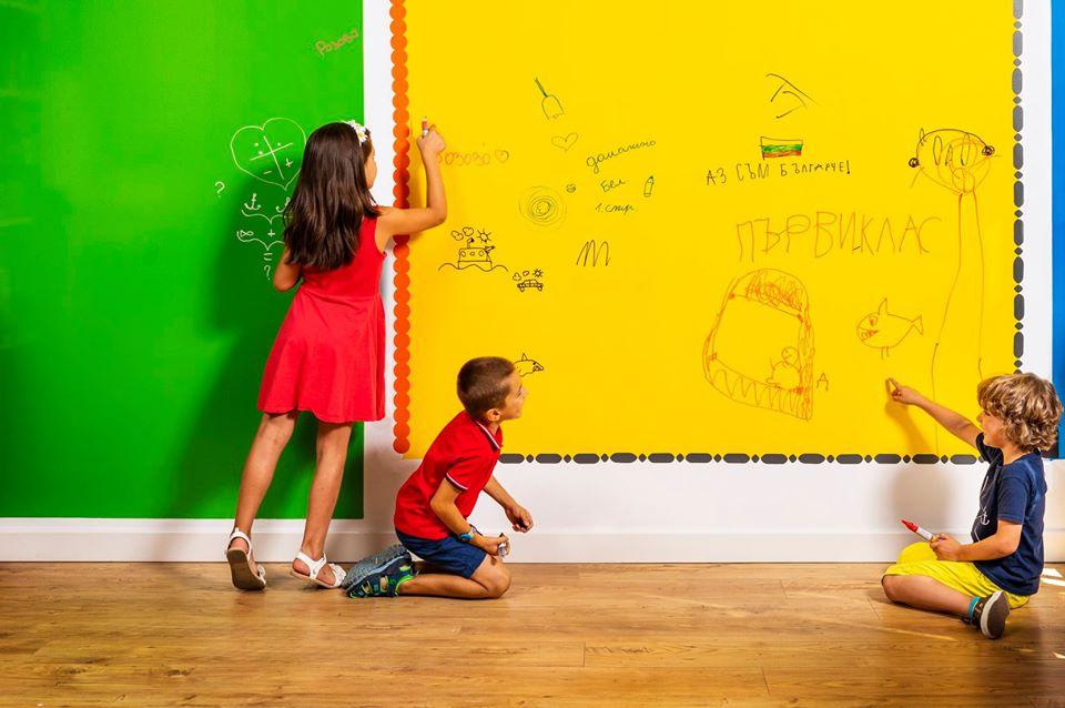 <p>За пет години екипът на ESCREO постигат изключителен успех - над 2000 клиенти в България и по света, над 50 000 квадрата боядисани с ESCREO. Продават активно в България, Румъния, Англия и Европа.</p>