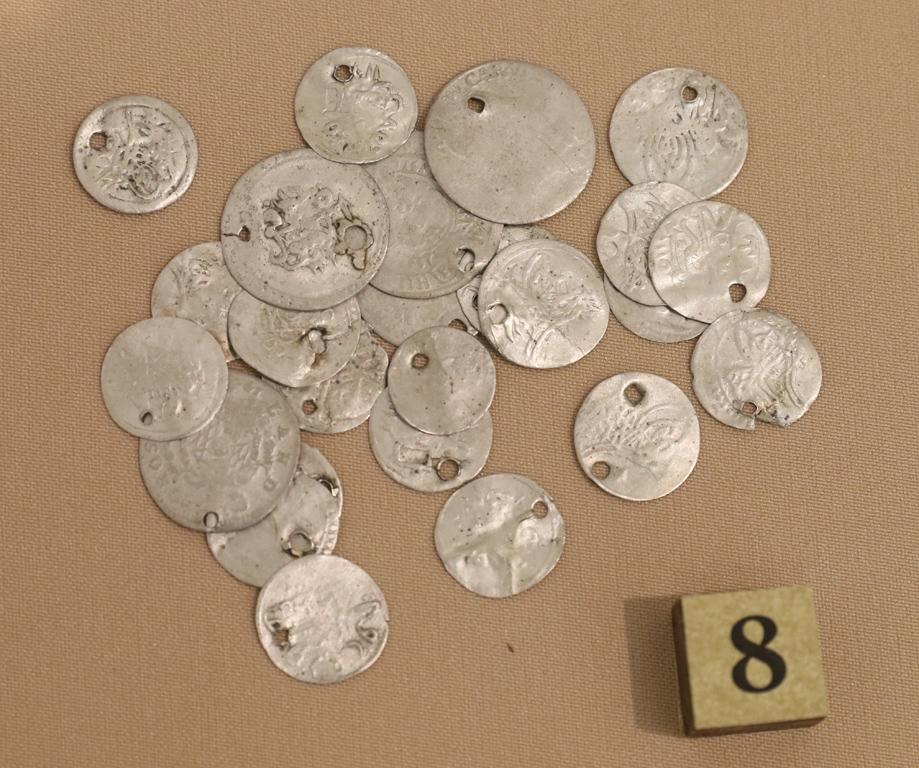 <p>Сребърни османски монети носени на наниз XVIII-XIX век</p>