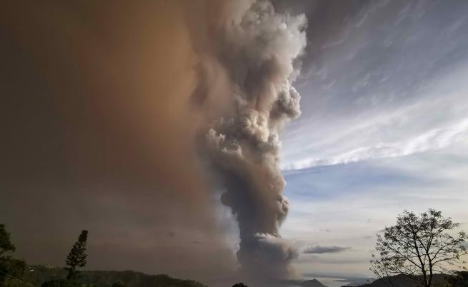 Вулкан изригна във Филипините, над 80 000 евакуирани
