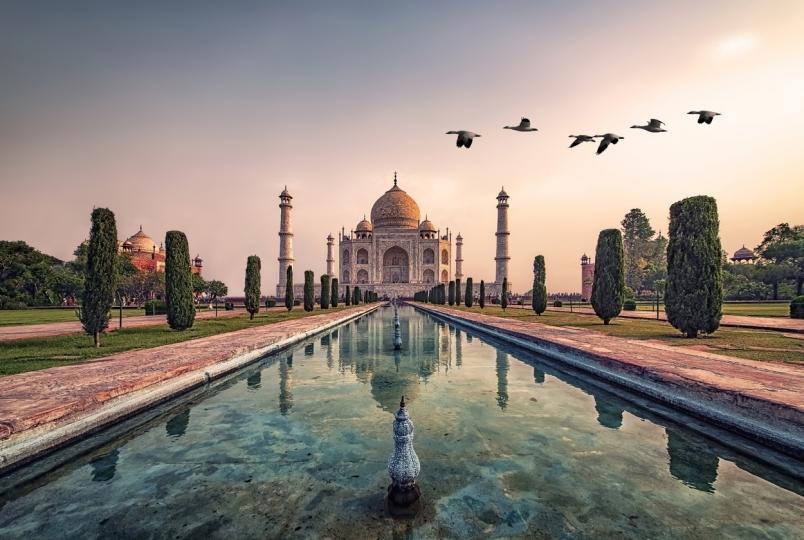 <p><strong>Тадж Махал, Индия</strong></p>  <p>Символът на Индия може да се превърне в руини заради замърсяването и ерозията, причинени от туристите с течение на времето.</p>