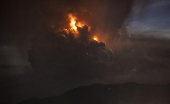 Таал започна да бълва лава, над 400 хил. евакуирани