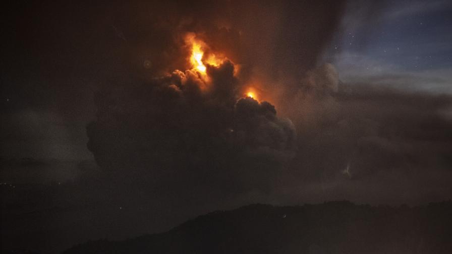 <p>Таал започна да бълва лава, над 400 хил. евакуирани</p>