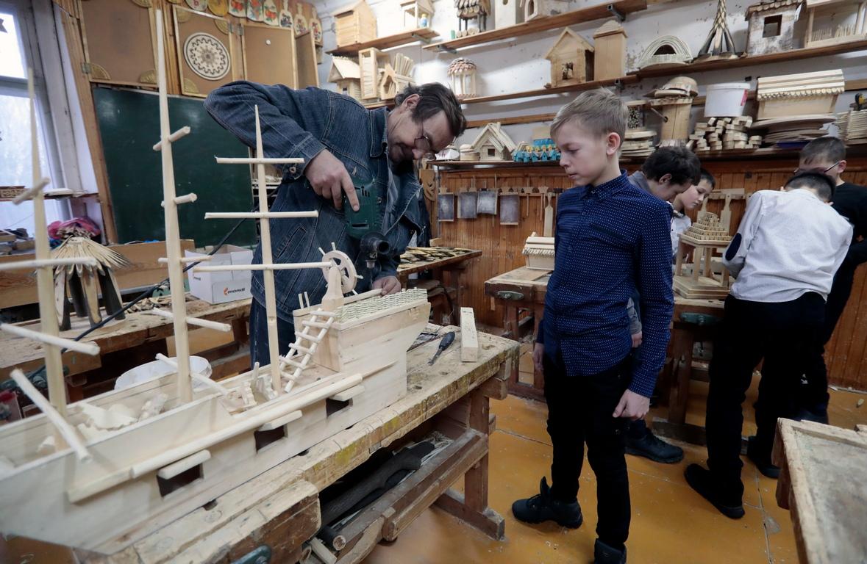 <p>Направил е двора си като привлекателна площадка за игра за големите си деца, както и работилница в която да творят.</p>