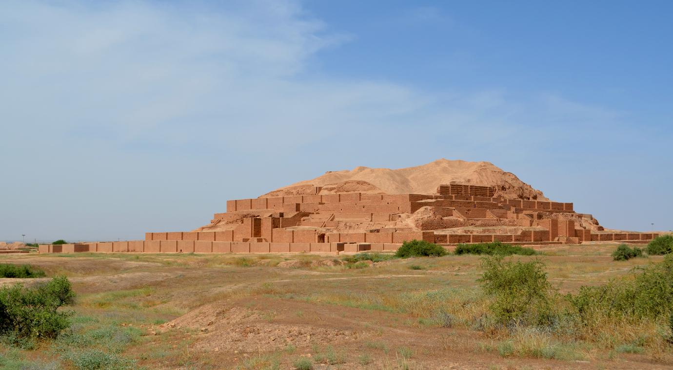 <p><strong>Чога Занбил</strong></p>  <p>Цар Унташ-Напириша, владетел на Елам, построява Чога Занбил през 13 век пр.н.е. В средата на града се намират руините на най-старата религиозна сграда в Иран. Кулата на храма е била висока 52 метра и е имала 5 етажа.&nbsp;</p>