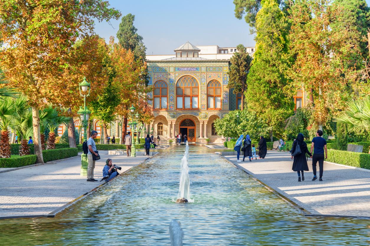 <p><strong>Дворецът Голестан&nbsp;</strong></p>  <p>Дворецът Голестан е един от най-уникалните исторически комплекси. Намира се&nbsp;в Техеран. Построен е през 18 в. и до Ислямската революция е бил&nbsp;официално седалище на персийския монарх. Между 1925 г. и 1945 г. голяма част от двореца е съборена, за да се направи място за нови сгради. Днес сградата е исторически музей, а от 2013 г. е един от обектите на ЮНЕСКО за световно културно и природно наследство в Иран.&nbsp;</p>