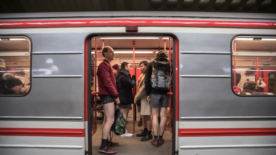 <p>Хора се разходиха <strong>без панталони</strong> в метрото (ВИДЕО)</p>