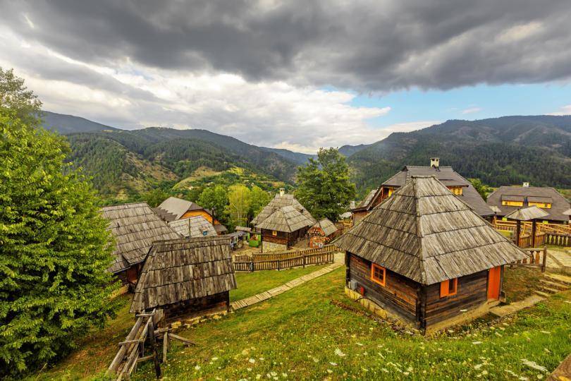 """<p><strong>Дървен град </strong>- сръбско етно село намиращо се в Мокра гора на територията на Град Ужице в Западна Сърбия. Всъщност селото е било построено като декор от снимачна площадка на филм, но е трудно да пренебрегнеш чарът на това изкуствено създадено селце. Къщите са направени за филма на Емир Костурица &quot;Животът е чудо&quot;&nbsp;(2004). Улиците са кръстени на бележити личности като Диего Марадона и Никола Тесла.</p>  <p color=""""#121416"""" font-family=""""ProximaNova-Regular, helvetica, Arial, sans-serif"""" font-size=""""18px"""" font-weight=""""normal"""">&nbsp;</p>"""