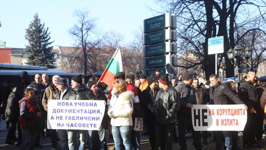 Автоинструктори блокираха центъра на София, не искат повече часове