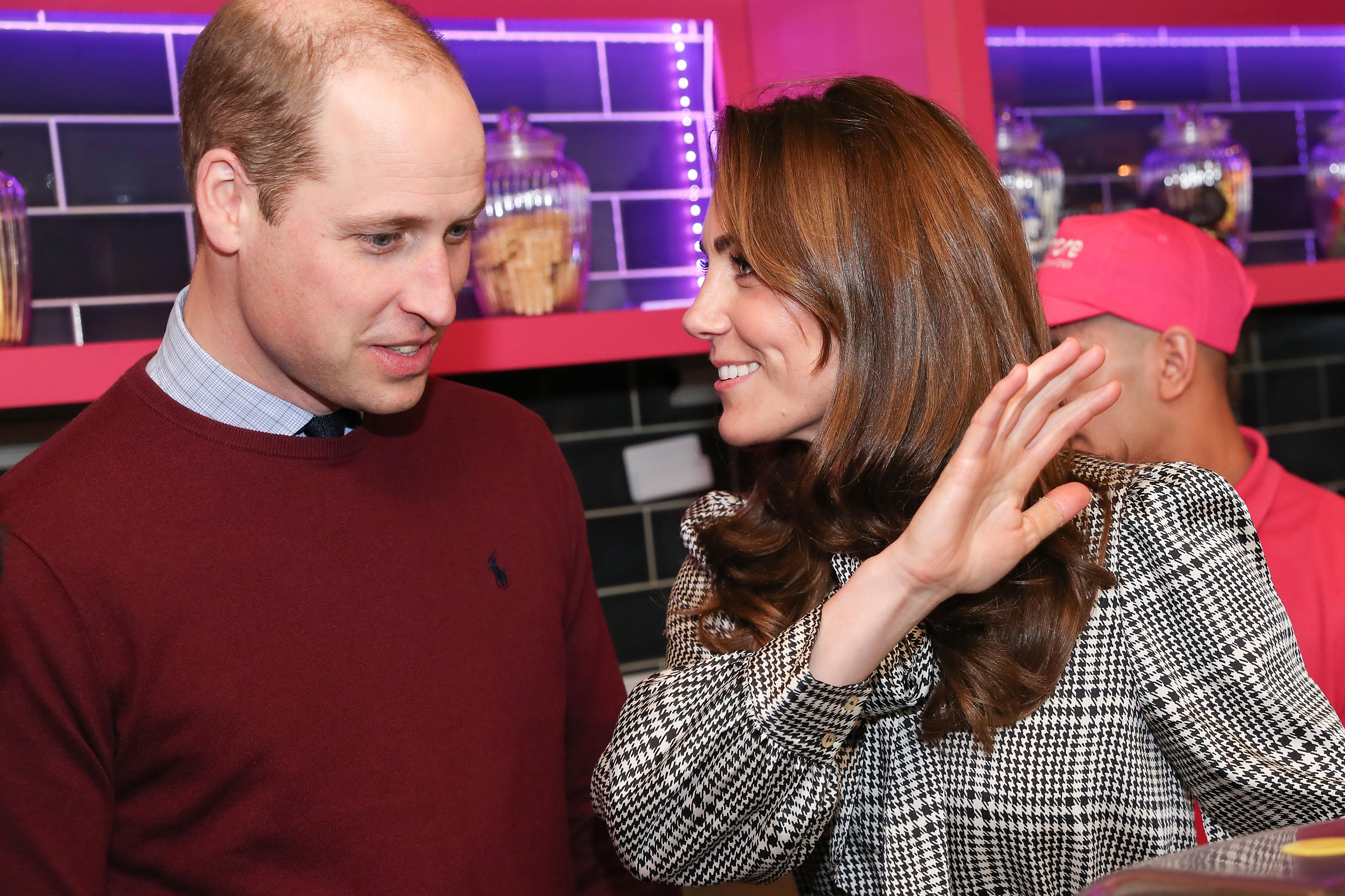 <p>Принц Уилям и херцогиня Кейт се появиха заедно за първи път след скандала с желанието на Меган и Хари да се оттеглят от&nbsp;ролята си на висши членове на британското кралско семейство.</p>