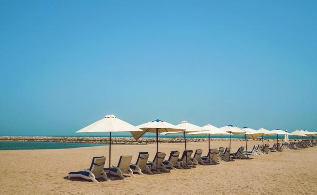 Чадърите и шезлонгите на плажа безплатни