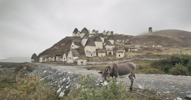 """Любопитно Даргавс - руският """"Град на мъртвите"""" Едно от най-мистичните"""