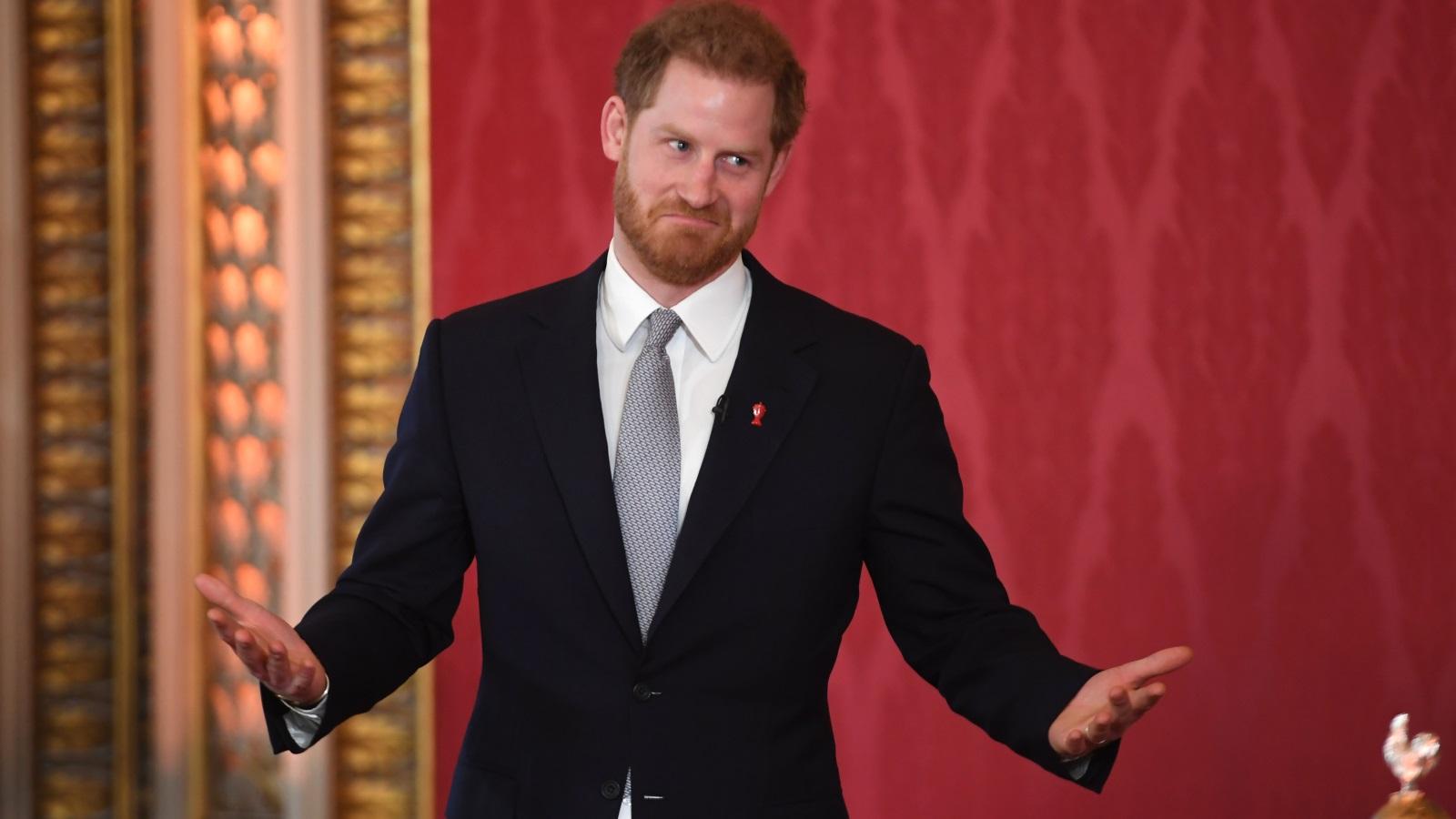 <p>Британският принц Хари се появи публично за първи път, след като кралица Елизабет Втора прояви разбиране към желанието му да промени ролята си.<br /> Принц Хари беше домакин на тегленето на жребия в Бъкингамския дворец за Световната купа на лигата по ръгби за следващата година. Това е последният планиран кралски ангажимент на принц Хари, преди той и съпругата му да навлязат в &quot;преходен период&quot; към новите си роли в двореца.</p>