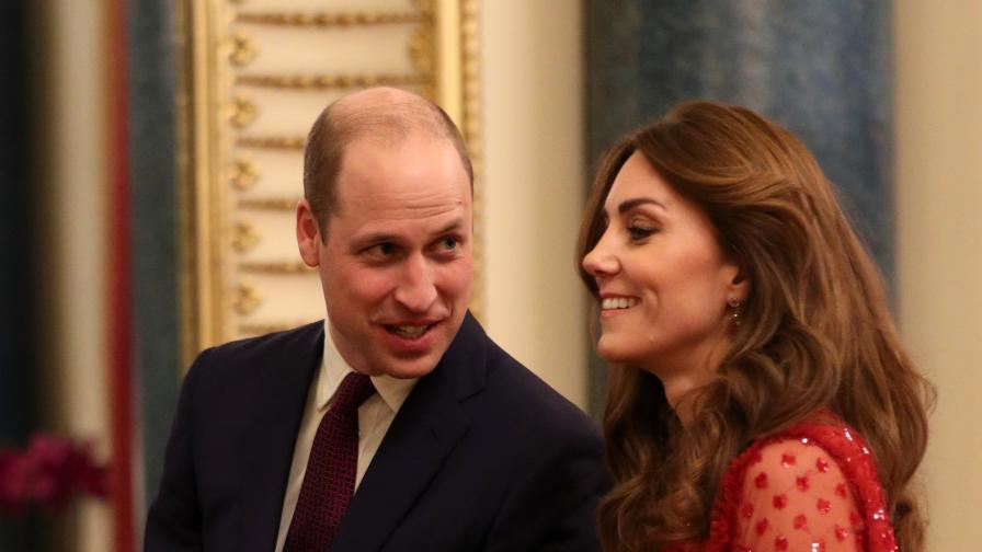 Кейт сияе в червена рокля в Бъкингамския...