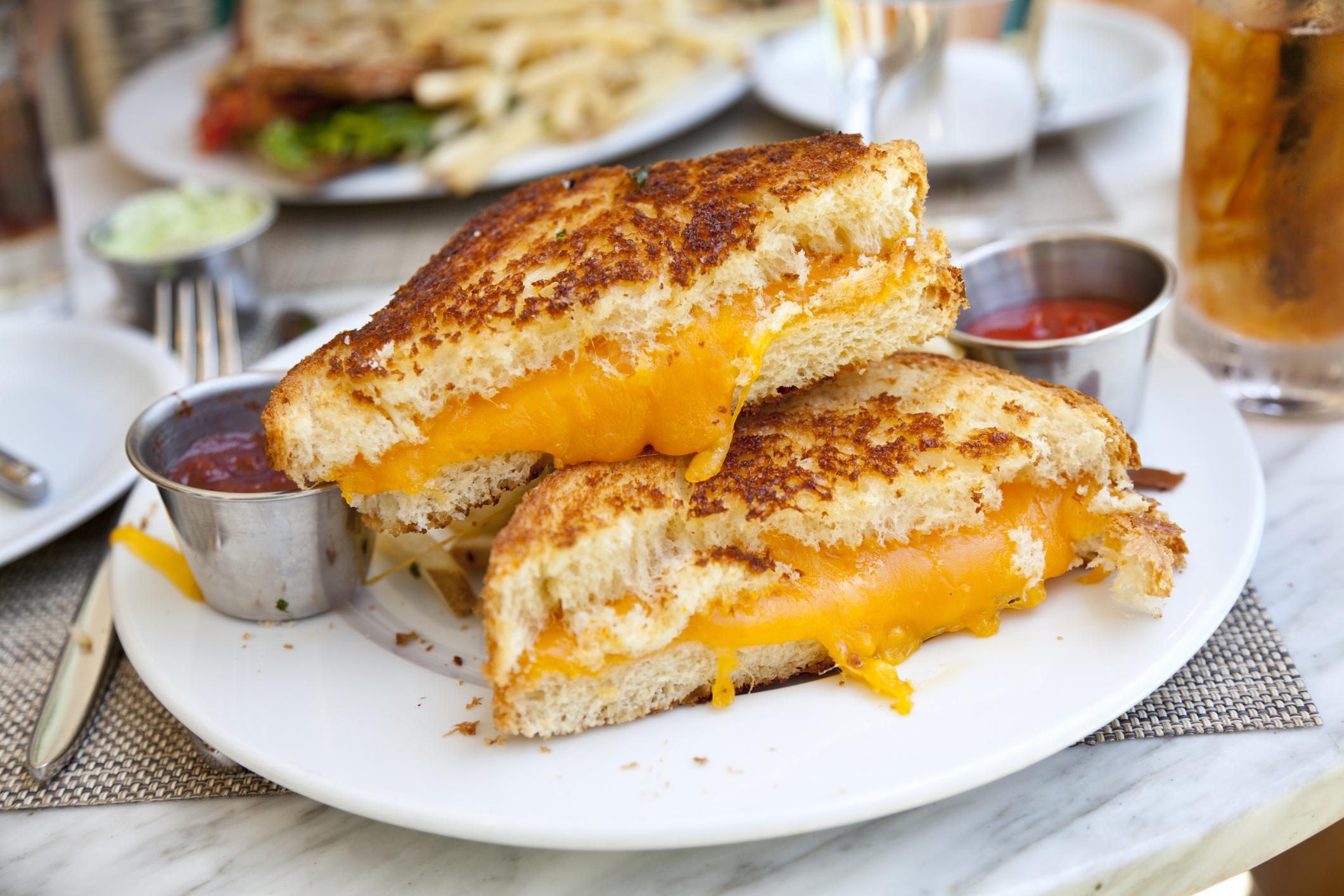 <p>14. Сандвич със сирене, лук и ябълки</p>