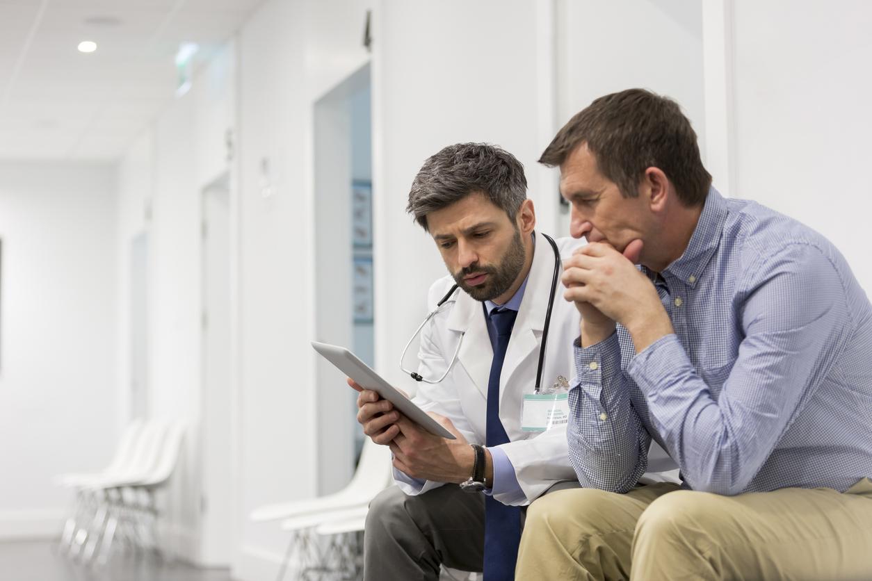 <p><strong>1. Научете рисковете</strong></p>  <p>Ако сте на възраст между 40 и 75 години, е хубаво да се консултирате с лекар относно потенциалните рискове за вашето сърдечно здраве. Определени фактори могат да повишат риска: тютюнопушене, бъбречни заболявания или фамилна анамнеза за ранно сърдечно заболяване. Познаването на рисковите&nbsp;фактори, може да помогне за по-доброто лечение при нужда. Много от рисковете могат да изчезнат, ако подобрите начина си на живот.&nbsp;</p>