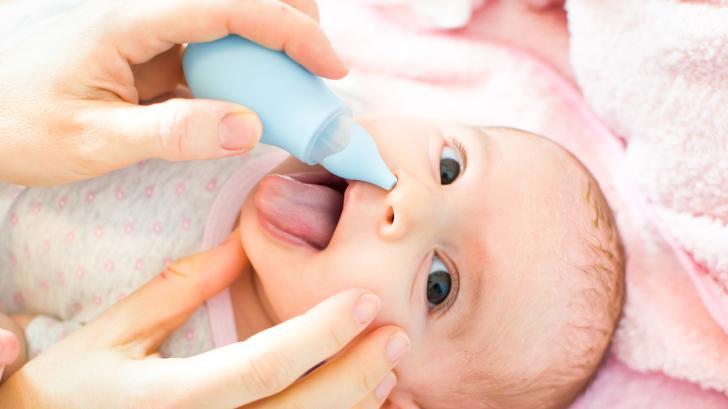 Как да се справим с хремата и запушения нос при бебета