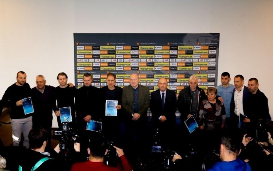 Временният президент на Българския футболен съюз Михаил Касабов връчи треньорските