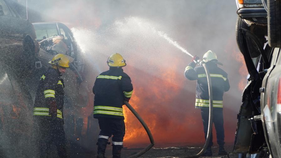 Пожар остави цял квартал без ток в Бургас (Видео)