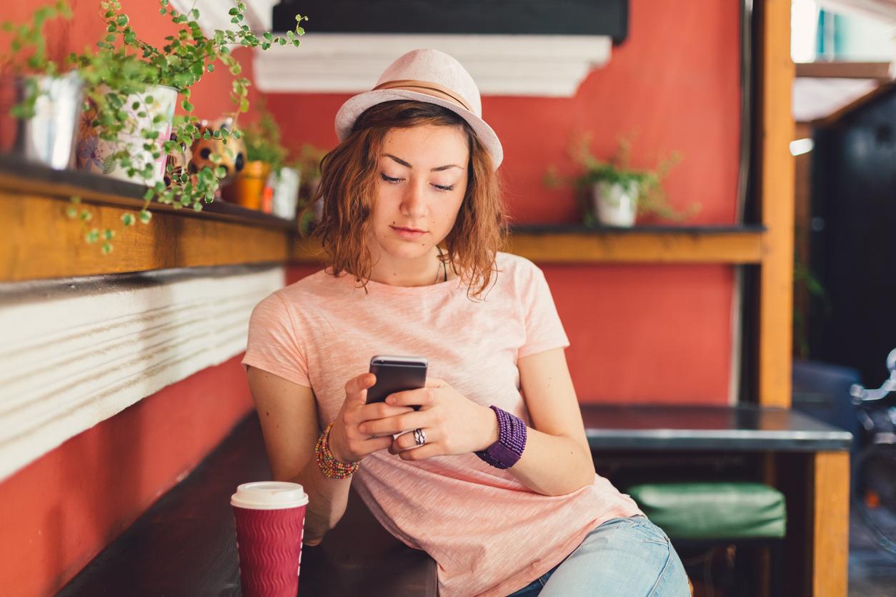 <p><strong>Отидете на кафе &ndash; сами!</strong></p>  <p>Въпреки че повечето хора се притесняват и дори ужасяват от идеята да отидат на кафе или ресторант сами, то те трябва да знаят, че това ще им е изключително полезно и ще ги накара да осъзнаят, че сами също са си достатъчни. Първите пъти може да вземете лаптопа с вас. След това го оставете у дома. Наслаждавайте се на времето, природата, града. Спокойно, хората са заети да забележат, че сте сами! : )</p>