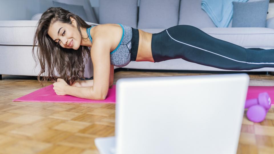 жена фитнес упражнения пилатес