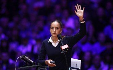 Коя е красавицата на съдийския стол, която сложи Федерер на място?