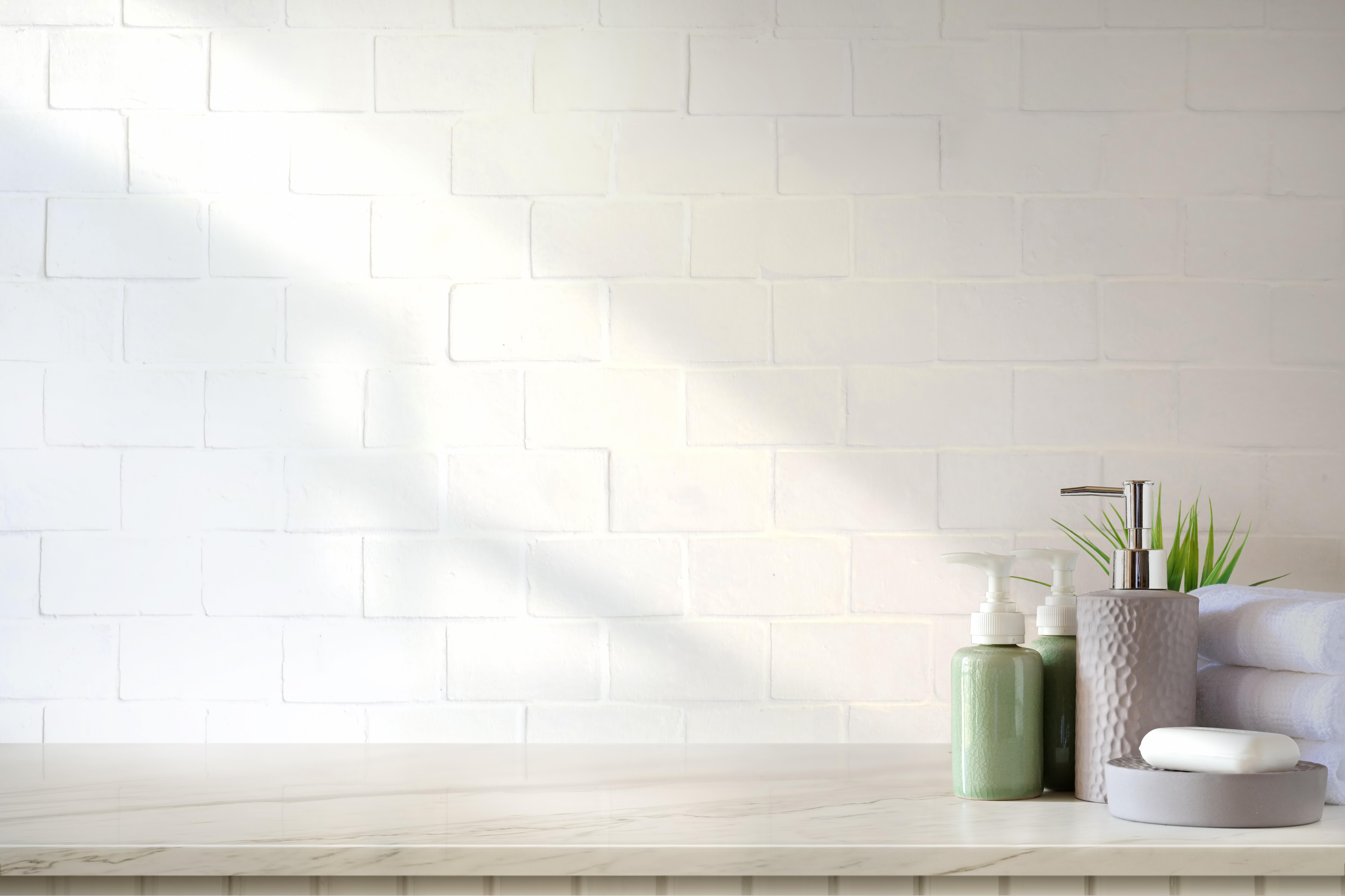 <p>Сложете нови аксесоари за банята. Нова чаша за четките за зъби, както и сапунерка, кошче и поставка за тоалетната хартия. Инвестицията не е голяма, но пък ще създаде визуалното усещане, че сте променили доста, а всъщност са дребни детайли.</p>