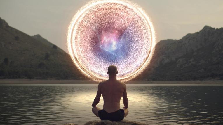 мъж медитация вселена енергия