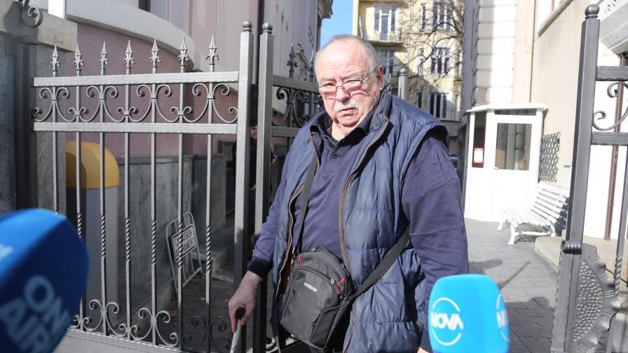 """Председателят на Фондация """"Тракия"""" пред централата на """"Нове холдинг"""""""