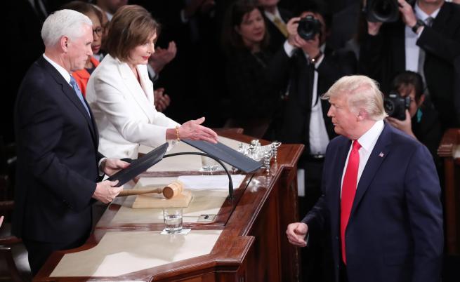 Доналд Тръмп отказва да се ръкува с Нанси Пелоси