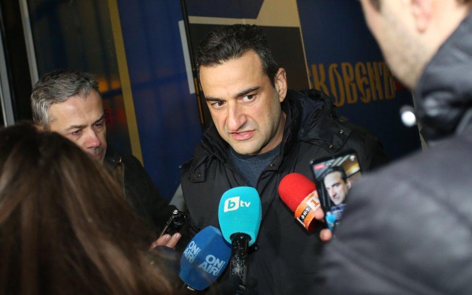 Председателят на НКП, Степан Хиндлиян, говори пред медиите след срещата
