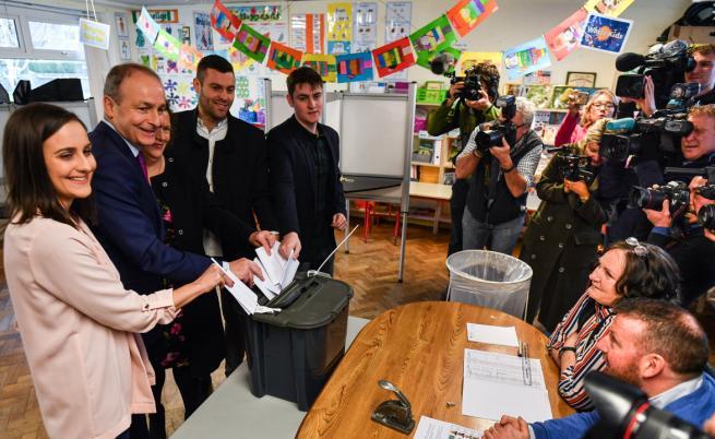 Майкъл Мартин гласува със семейството си