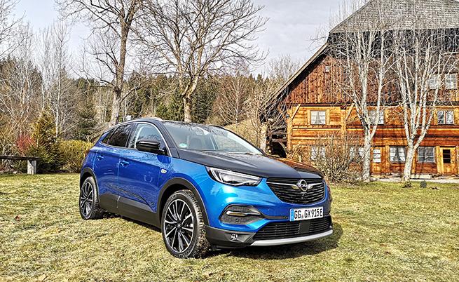 3 е по-добре от 1. Уверявам се (за пореден път) в това, след като тествах плъг-ин хибрида Opel Grandland X, разчитащ на 1,6-литров турбо бензинов двигател с 200 к.с. и два електромотора с по 81 и 83 kW (отпред и отзад), които осигуряват системна мощност от 300 к.с.
